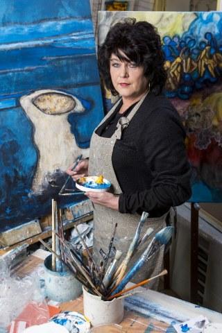 Sia Braakman schildert in haar atelier in Philippine